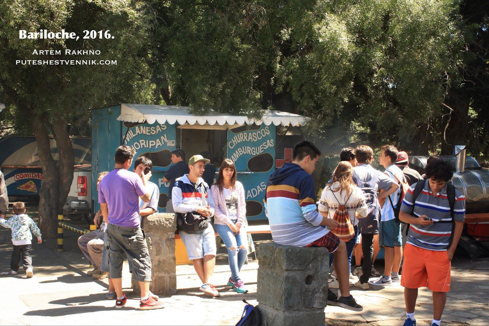 Аргентинцы на улице в Барилоче