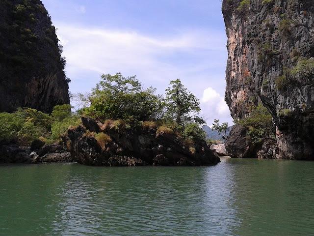 เกาะห้อง อยู่ในเขตอุทยานแห่งชาติอ่าวพังงา ซึ่งอยู่ใกล้ๆ กับเกาะปันหยี และเขาตะ มีลักษณะเป็นเกาะขนาดใหญ่