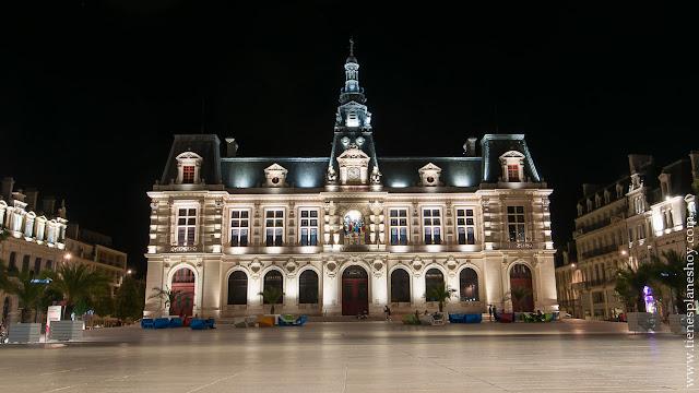 Poitiers noche que ver turismo viaje Francia ciudades bonitas