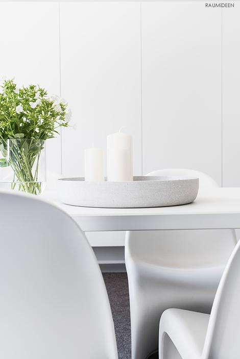 Blumen stehen auf den Tisch.