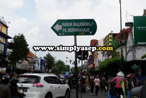 SEBELAH KIRI :  Jika anda menyusuri Jalan Malioboro ke arah selatan, maka Pasar Beringharjo berada di sisi sebelah kiri. Pertandanya cukup mudah  Foto Asep Haryono