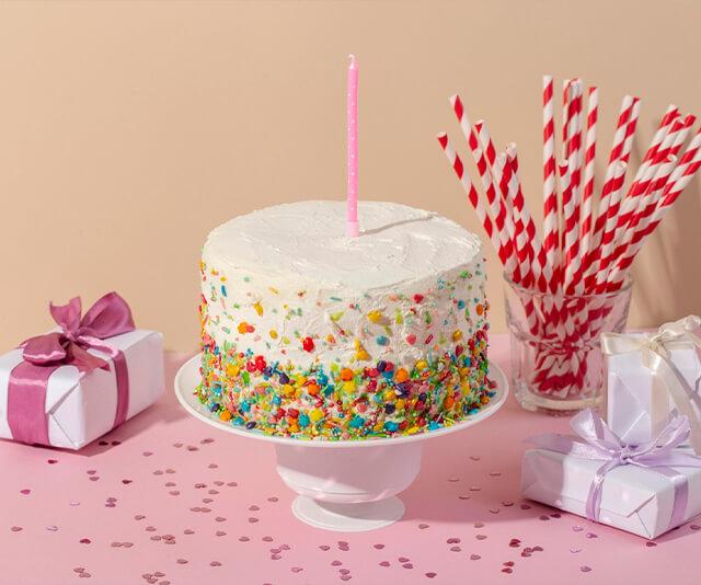 bolo de aniversario decorado com doces coloridos