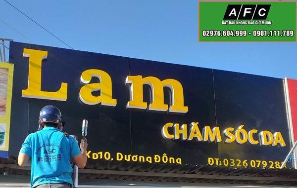 Thi công biển Alu chữ nổi Tiệm Lam - Chăm Sóc Da
