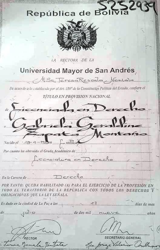 Fotocopia que ya circula en las RRSS con firmas y sellos falsos del título de Zapata