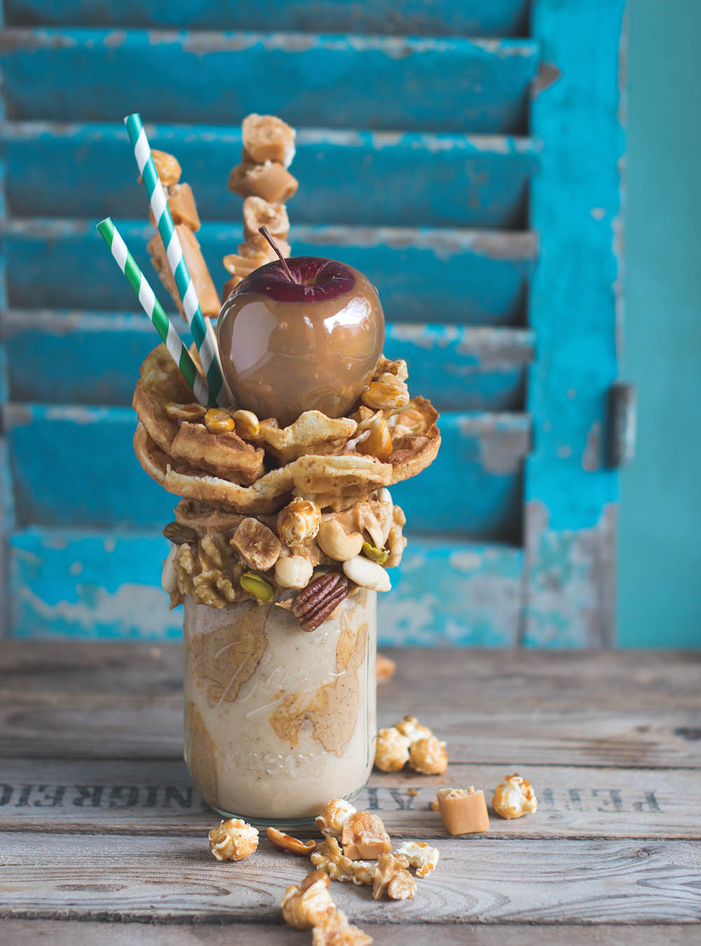 Caramel Candy Apple Freakshake mit Waffeln und Nüssen