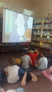 Przedszkolaki oglądają Muminki, na ekranie Paszczak