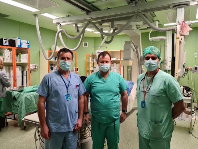 Στην Καρδιολογική Κλινική του Πανεπιστημιακού Νοσοκομείου Ιωαννίνων όπου έκανε τα πρώτα του βήματα ως γιατρός, κάνοντας ειδικότητα επέστρεψε εθελοντικά αρχές Δεκέμβρη ο βουλευτής Θεσπρωτίας Βασίλης Γιόγιακας. Ο καρδιολόγος και βουλευτής Θεσπρωτίας εντάχθηκε στην κλινική με τις στεφανιογραφίες στην φάση ύφεσης του δεύτερου κύματος. «Οι συνάδελφοί μου είχαν την αγωνία γιατί καθυστερήσαμε να ενταχθούμε καθώς περιμέναμε να βγει η σχετική τροπολογία. Έζησα από μέσα την αγωνία τους για να αντέξει το σύστημα. Πραγματικά υπερβάλαν εαυτόν. Συγκινήθηκα και με παρακίνησε ο αγώνας τους να προσφέρω και γω ως γιατρός» δήλωσε στο ethnos.gr. Εδώ και λίγες μέρες επέστρεψε στα κοινοβουλευτικά του καθήκοντα, κουβαλώντας μαζί του πέρα από τις δυνατές στιγμές που έζησε και το αίτημα των γιατρών να στηριχθούν τα νοσοκομεία και να πλαισιωθούν με όσους περισσότερους γιατρούς και νοσηλευτικό προσωπικό γίνεται. «Είμαι εδώ αν ξαναχρειαστεί να προσφέρω».