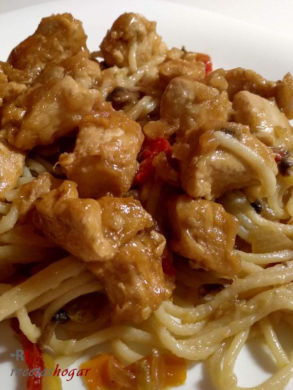 Espaguetis con verduras, champiñones y pollo