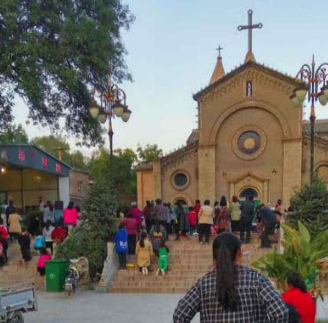 A polícia fechou a igreja, mas os fiéis rezam do lado de fora