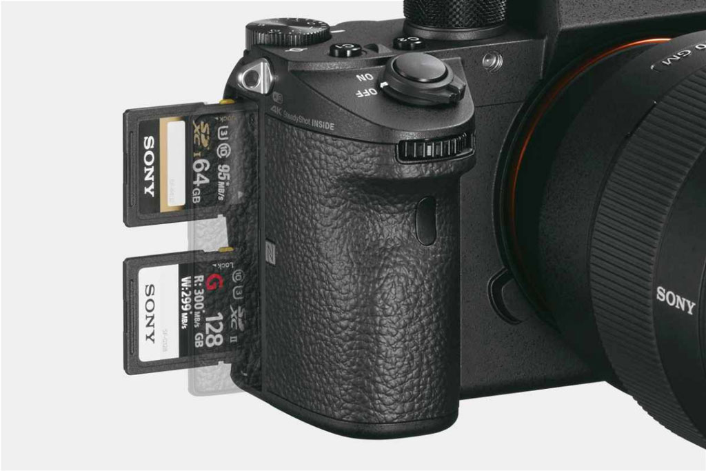 Два слота для карт памяти в Sony A9