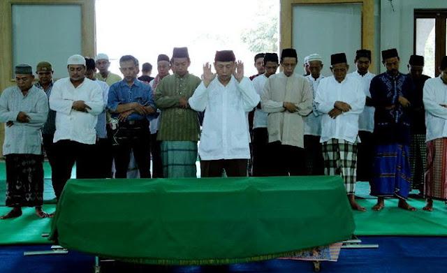 Yana Zein Dishalatkan Dua Kali Di Masjid Sebelum Dimakamkan