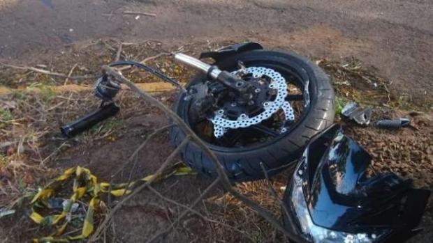 Moto é partida ao meio após acidente na Avenida Minas Gerais em Apucarana