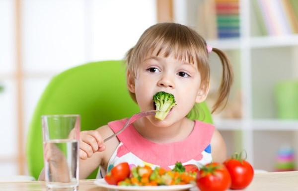 trẻ em uống yến sào kết hợp ăn thêm rau củ