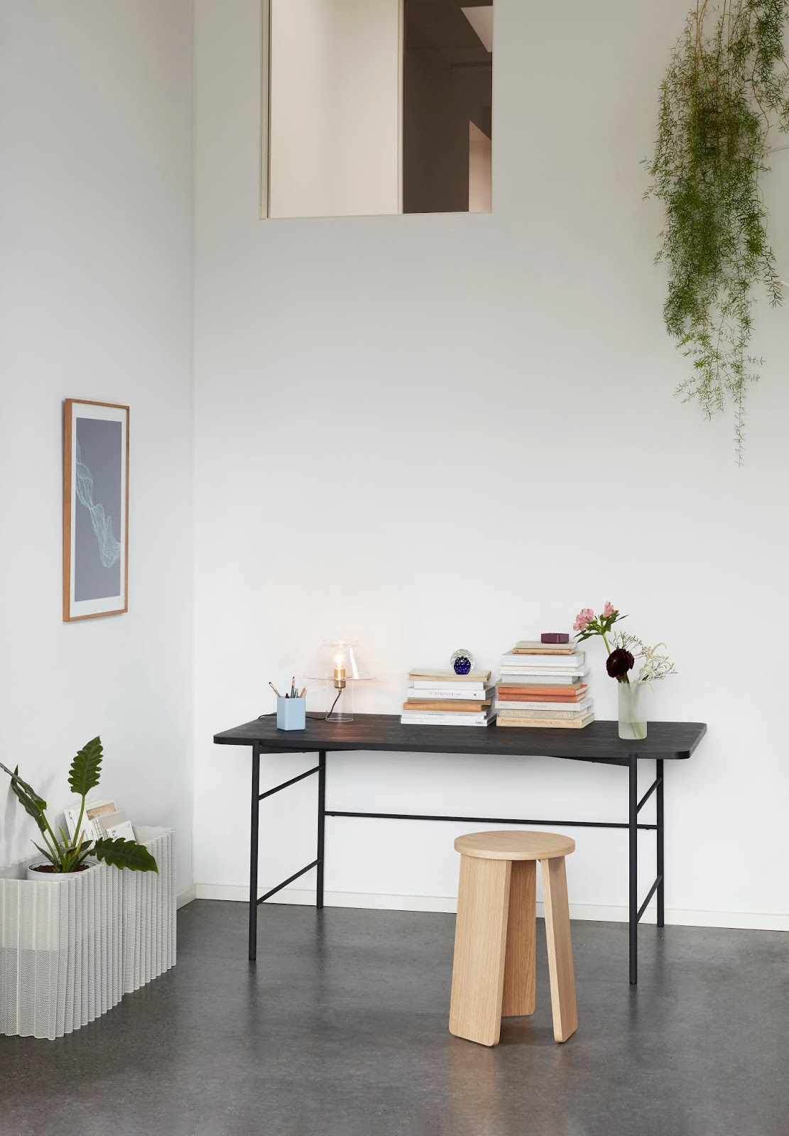 czarne biurko w domu