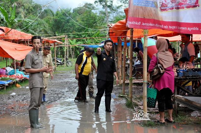 Bupati Emil Dardak Tangani Langsung Genangan Air Di Pasar Darurat Bendorejo