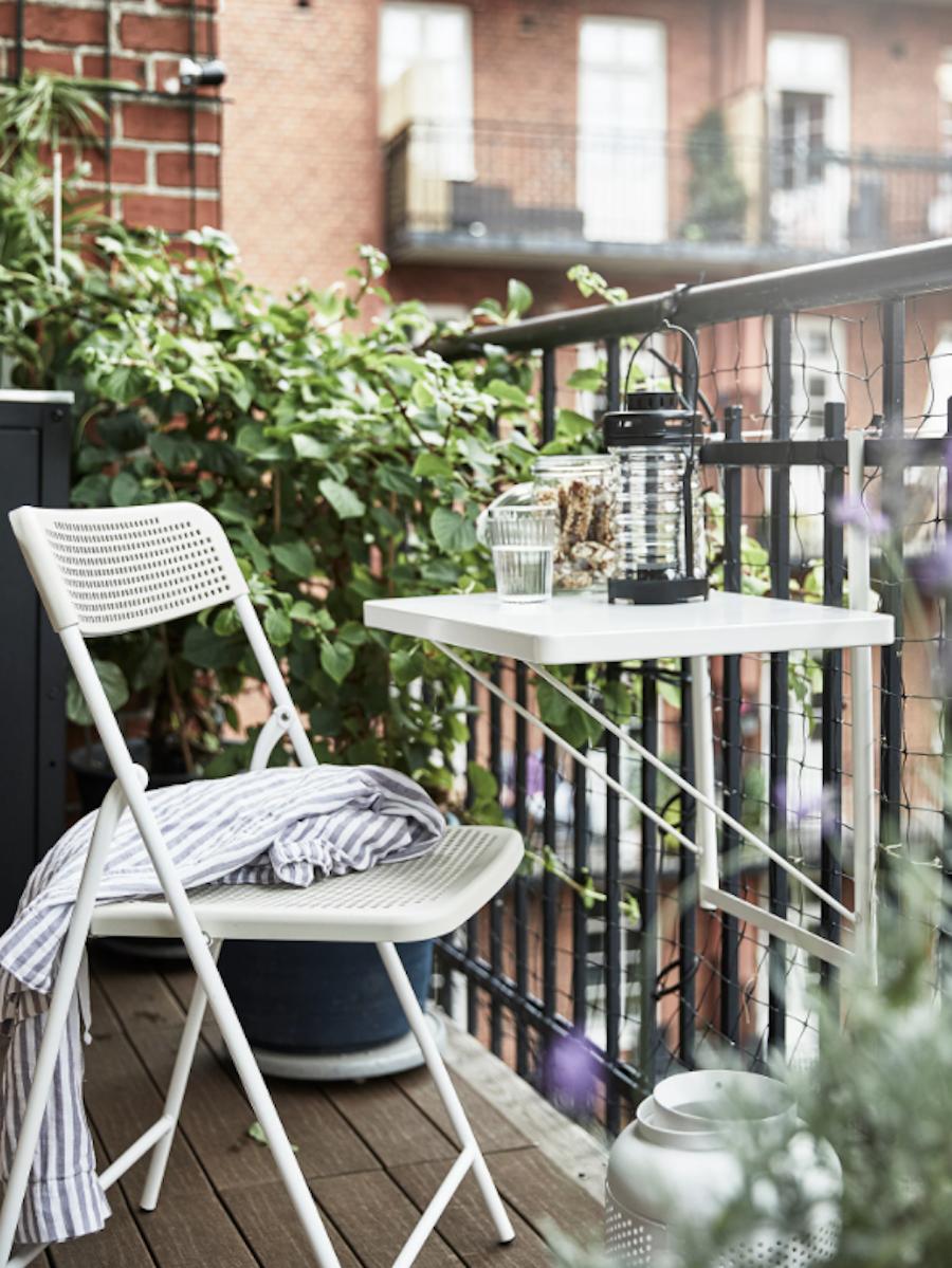 Balcón con mesa plegable