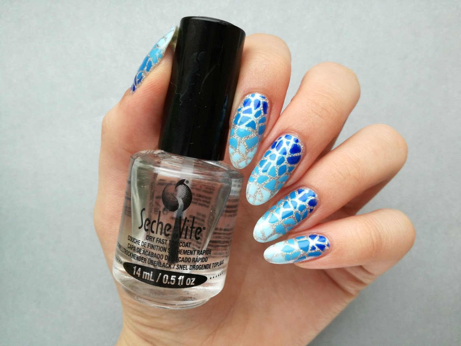 błyszczące paznokcie niebieskie