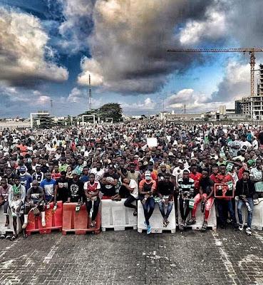 lekki tollgate endsars protest crowd picture