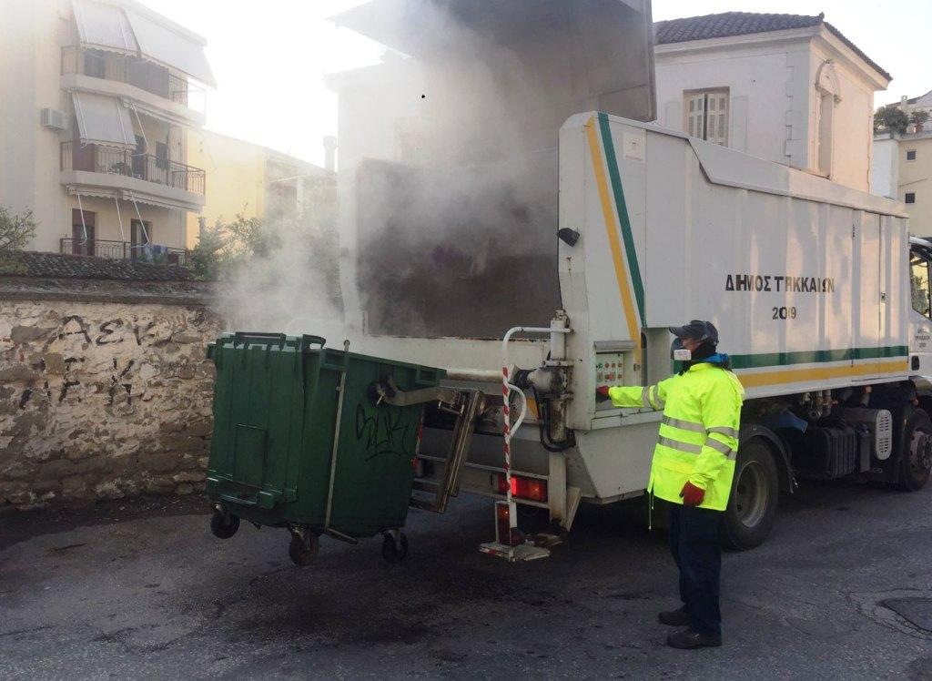 Καθημερινό πλύσιμο κάδων απορριμμάτων από τον Δήμο Τρικκαίων