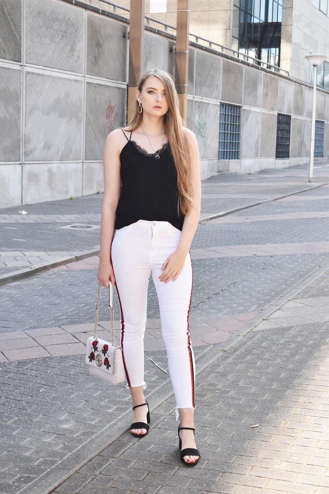 Co założyć do białych spodni