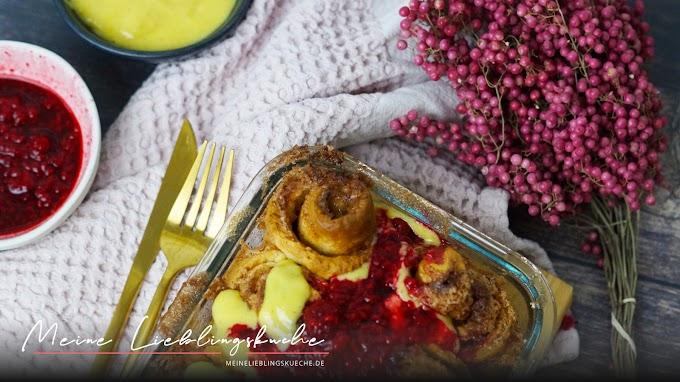 Vegane Zimtschnecken mit Vanillesauce und Himbeersauce