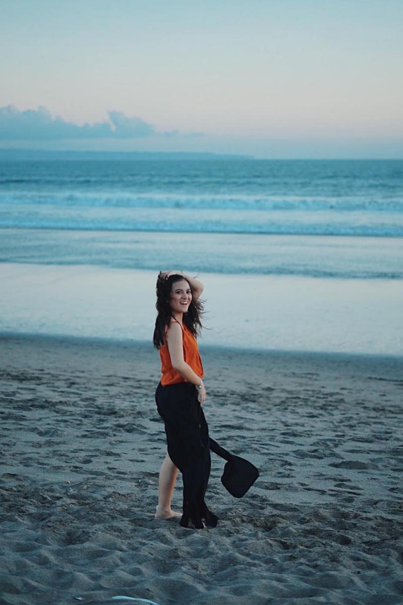 Cewek manis Gaya foto di Pantai POI Kecil di Pantai