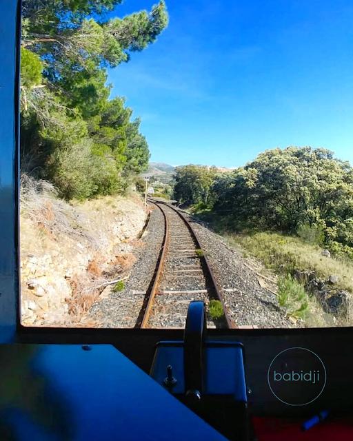 voie ferrée que l'on voit depuis la cabine du conducteur du train rouge