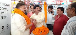 मंत्री रविंद्र जायसवाल का स्वागत करते समाज के लोग।