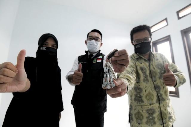 Gubernur Jabar Serah Terima Kunci Rumah Bakti Untuk Guru di Purwakarta