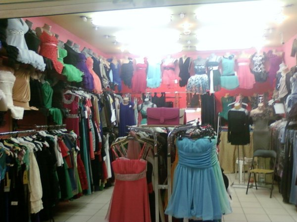 un stand din complex cu rochii dama si alte haine de ocazie
