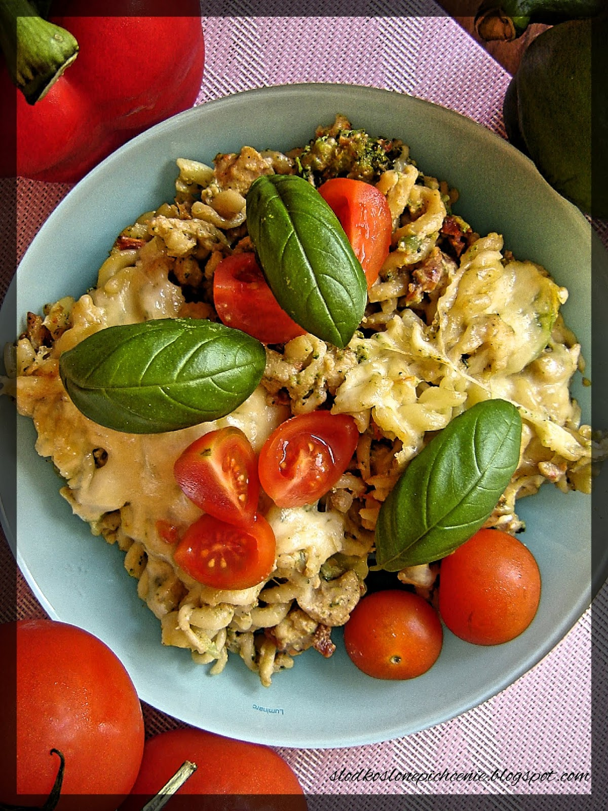 Zapiekanka makaronowa z kurczakiem, brokułami i suszonymi pomidorami