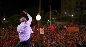 A imagem mostra o estadista Lula discursando para multidões de seguidores.O que está por traz desse processo que condenou em primeira instância o Ex-Presidente Lula é somente a questão política, afastá-lo em definitivo da vida pública. Este é o grande sonho raivoso, da elite dominante e preconceituosa desse país.