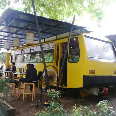 Sensasi Makan Siang di Bis Kuning Universitas Indonesia