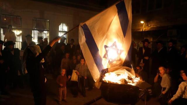 Judíos ultraortodoxos queman bandera del régimen israelí en Al-Quds