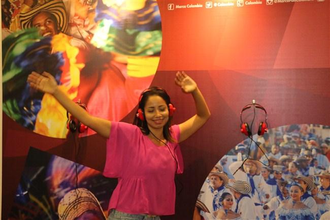 mulher-dançando-fone-camisa-rosa