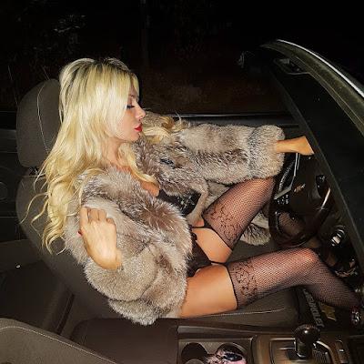 ميريام كلينك تقود سيارتها بالملابس الداخلية وتقلب مواقع التواصل الإجتماعي رأساً على عقب