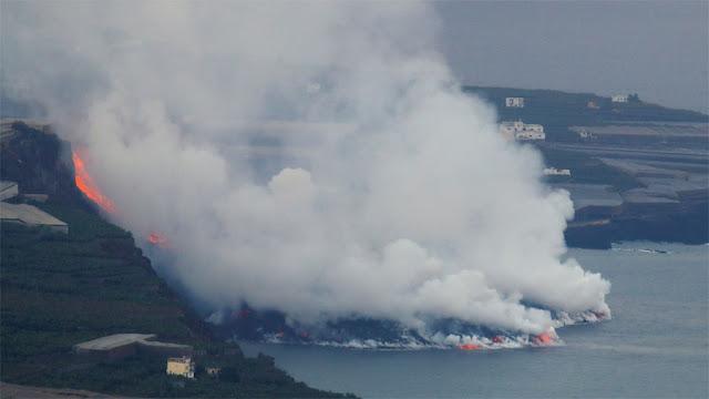 Lava do vulcão Cumbre Vieja em contato com o oceano