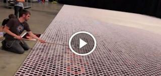 Κατάφερε να στοιχίσει 66.000 ποτήρια το ένα πλάι στο άλλο! Καθώς η κάμερα θα κάνει zoom out, εσύ θα μείνεις άφωνος…