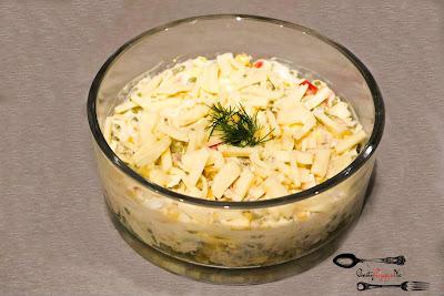 sałatka, dobra sałatka, groszek, kukurydza, ogórki kiszone, papryka konserwowa, ser żółty, jajka