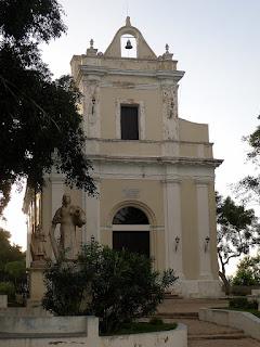 Kuba, Matanzas, Iglesia de Montserrat, klassizistische Eingangsfront, davor allegorische Figuren