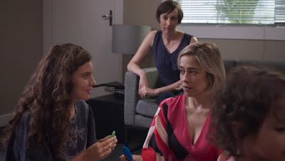 Rita (Alanis Guillen) e Lígia (Paloma Duarte) interagem durante ambientação com Nina em 'Malhação - Toda Forma de Amar' — Foto: Globo