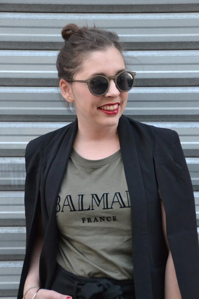 Pantalon carotte Pimkie, t-shirt Balmain et H&M, veste blazer Sheinside, espadrille et lunette de soleil ASOS, pochette American Vintage