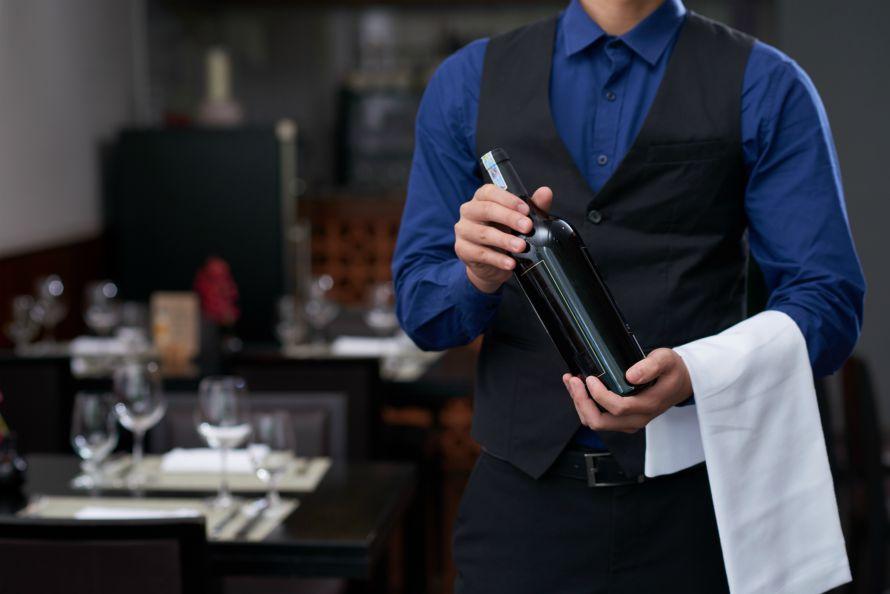 programma-ekpaideysis-gia-serbitorous-man-holding-bottle