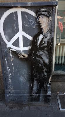 https://www.welt.de/newsticker/dpa_nt/infoline_nt/boulevard_nt/article166285730/Banksy-das-beruehmte-Phantom-in-der-Graffiti-Szene.html