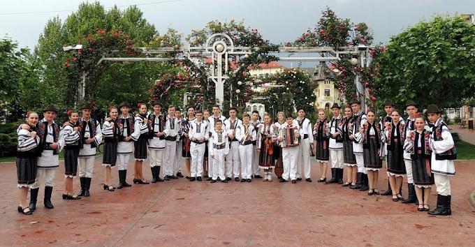 """Ansamblul Folcloric """"Plaiurile Dornelor"""" a obţinut Trofeul Festivalului """"Pe fir de baladă"""" de la Târgu Jiu"""