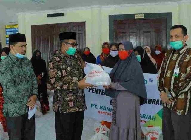 Dana CSR Bank Aceh Syariah Meulaboh disalurkan oleh Bupati untuk Penyapu Jalan