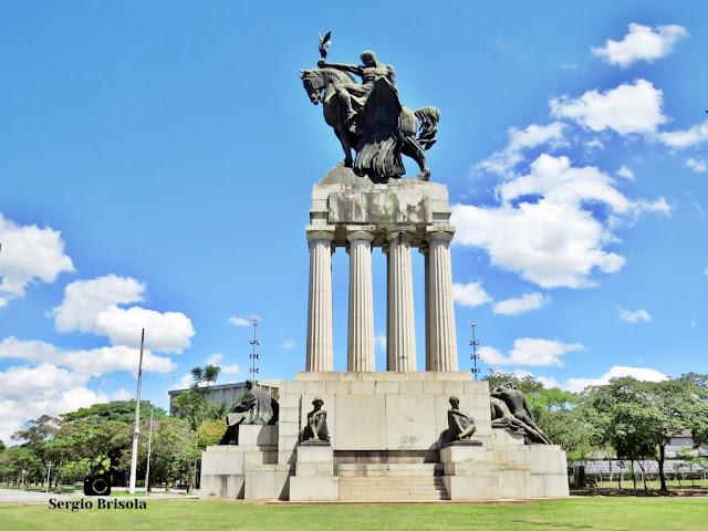 Monumento a Ramos de Azevedo (vista lateral esquerda) - Descubra Sampa