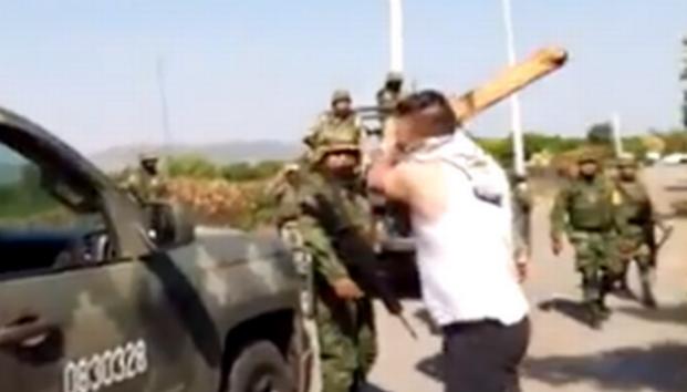 VIDEO. Militares quienes salen al quite en guerra entre CJNG y Cárteles Unidos siendo humillados al ser agredidos por civiles en Múgica, Michoacán