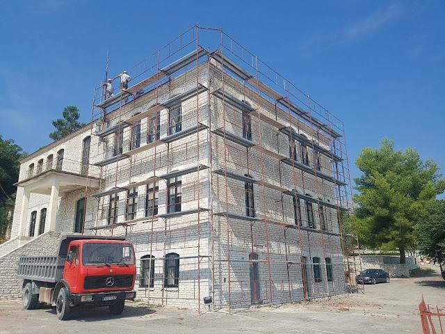 Πρέβεζα: Μετά την αρχιτεκτονική αναβάθμιση του παλαιού Δημοτικού Σχολείου του Θεσπρωτικού, ήρθε και η ενεργειακή αναβάθμιση του κτιρίου