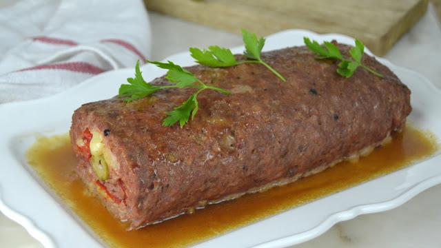 Rollo de carne picada relleno de jamón y queso